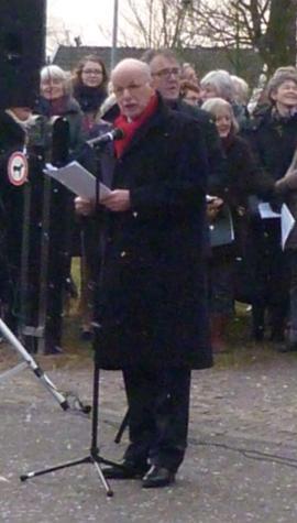 Voorzitter Van den Beld spreekt de verzamelde toehoorders toe